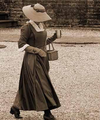 通りを歩く18世紀のイギリス女性