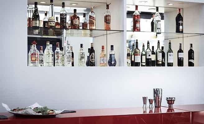 沢山の種類のお酒が置かれたバーカウンター