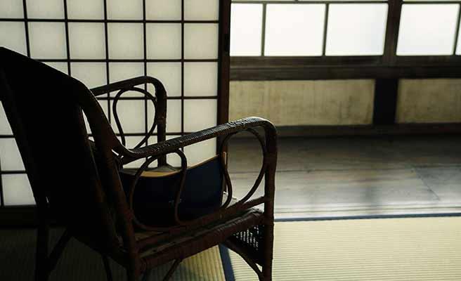 和風の部屋に置かれたレトロな椅子