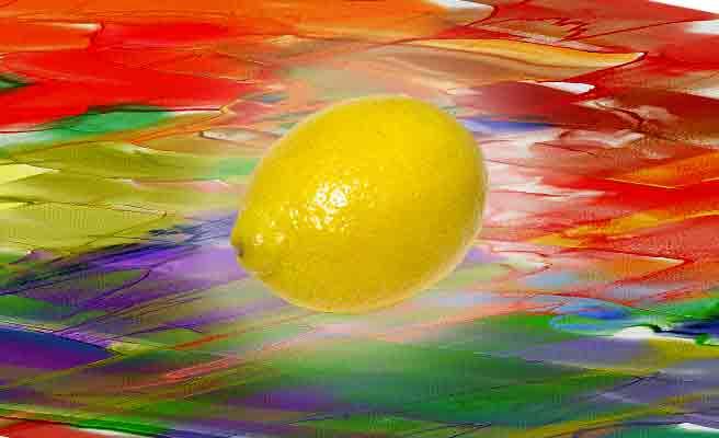 雑多な色彩の中のレモン一個