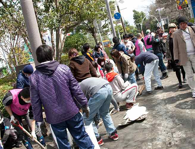 ボランティアをする人々