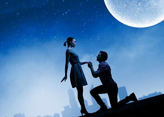 お月見デート中のカップル