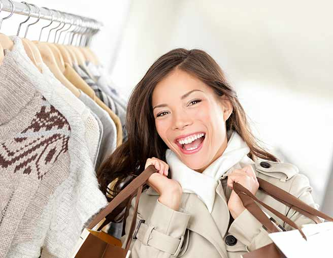 秋コーデのショッピングする女性