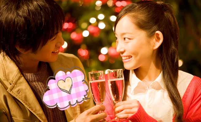 シャンペンで乾杯するカップル
