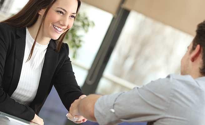 職場で男性と会話する女性