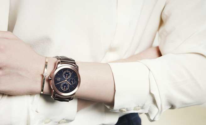 腕時計をする女性