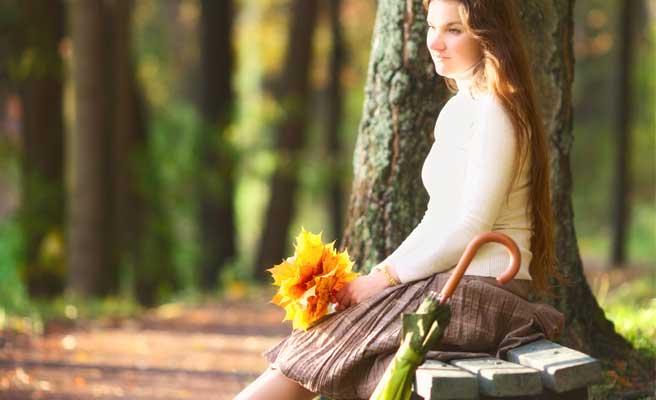 ベンチに座って恋の機会を待つ女性