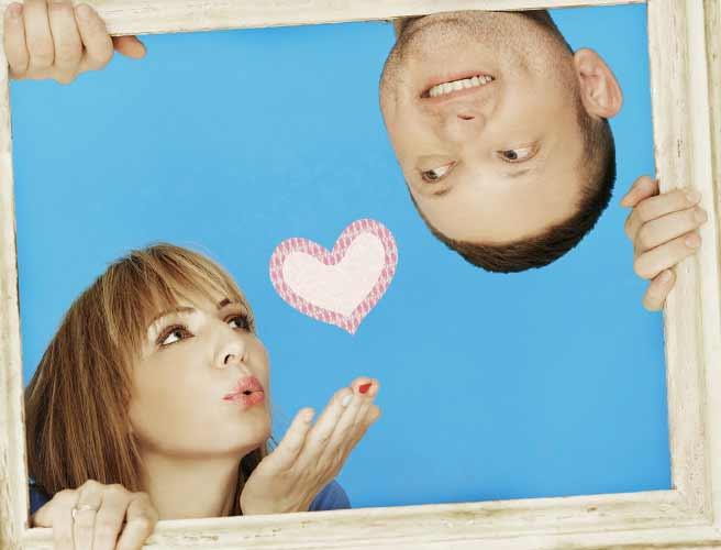 額縁の中で恋を伝える女性と笑顔の男性
