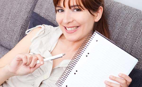 日記を持つ女性