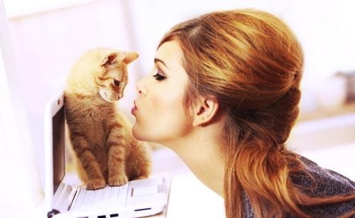 猫とキスする女性