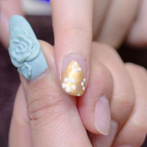 白いカラージェルで描かれた白い花びら