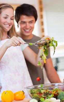 サラダを作る恋人