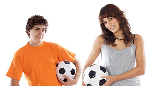 サッカーボールを持った男女