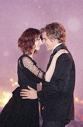 夜空に抱き合うカップル