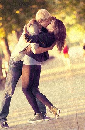 情熱的なキスをするカップル