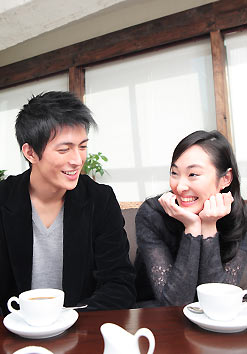 喫茶店にいるカップル