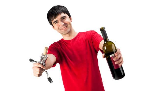 ワインボトルを開ける男性