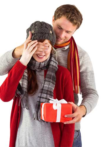 プレゼントを渡すカップル