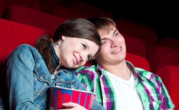 映画館で寄り添う2人