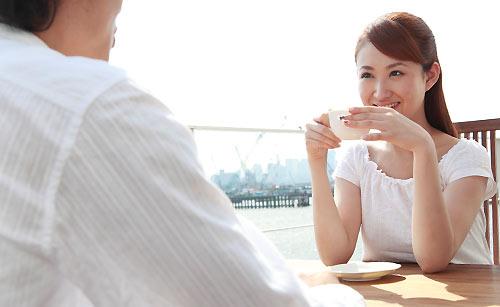 紅茶を飲むカップル