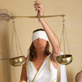 天秤で計る女性