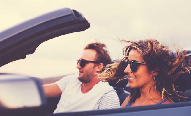 ドライブデートをするカップル