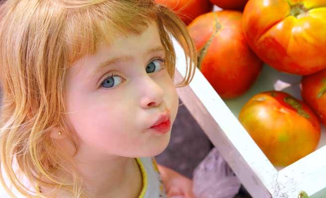 空腹で食べ物を見つめる女の子