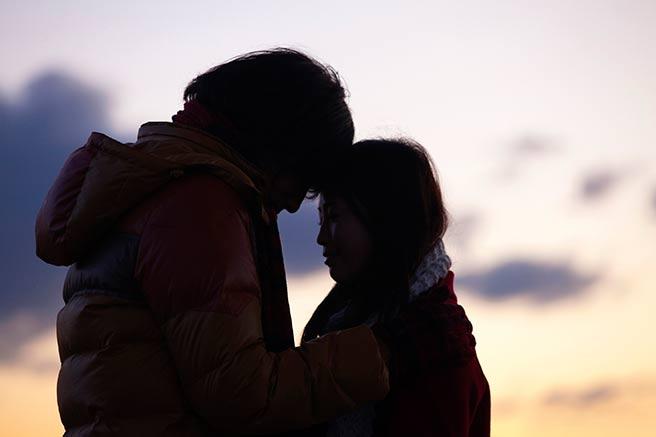 冬デートで距離が近づくカップル