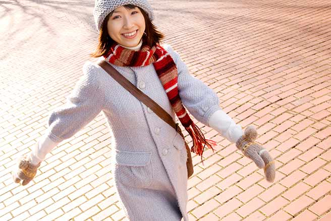 笑顔で外を歩くアクティブな彼女