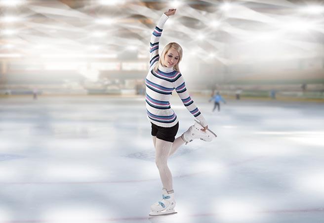冬デートでスケートをする女性