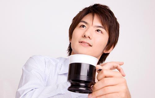 コーヒーを飲みながら語る男性