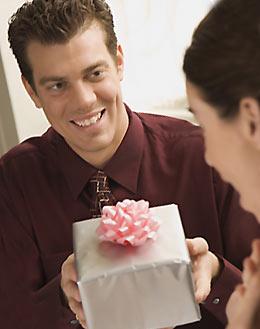 プレゼントをする男性