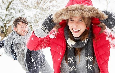 雪の中で喜ぶ女性