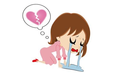 失恋で泣き崩れる女性