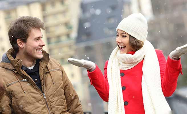 シッカリと防寒して降る雪を楽しんでるカップル