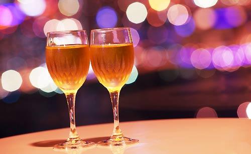 テーブルの上に置かれたワイン