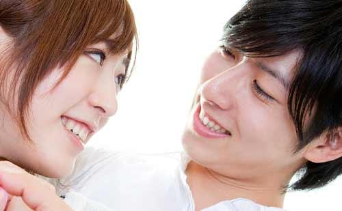 笑顔でくっつくカップル