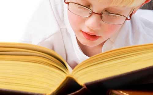 分厚い本を読む子供