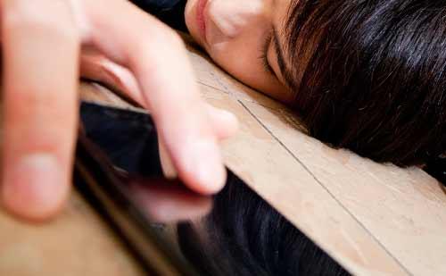 寝ながらスマフォを触る男性