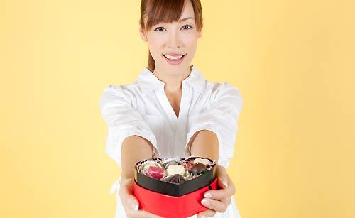 笑顔でチョコレートを渡す女性