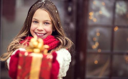 玄関でプレゼントを渡す女の子