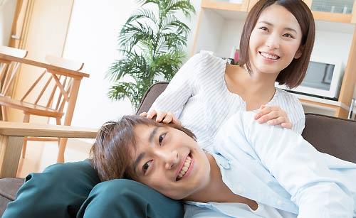 恋人を膝枕する女性