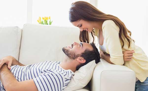 ソファーで寝るカップル