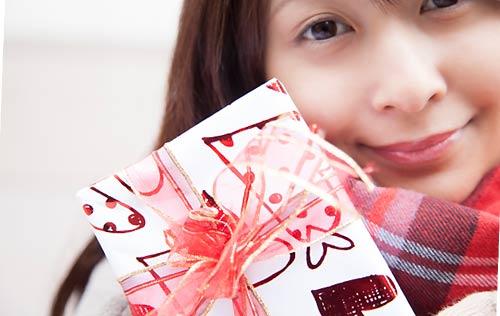 チョコレートを差し出す女性