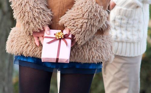 チョコレートを渡す女性
