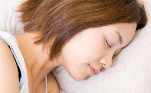 すやすや眠る女性