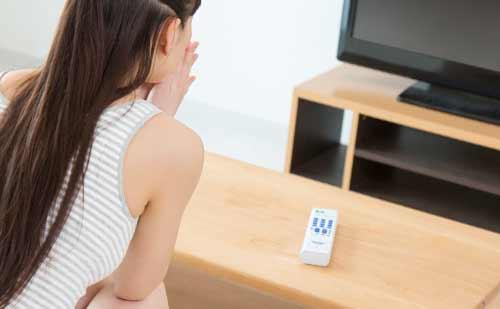 テレビにはまる女性