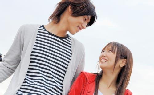 彼氏と笑顔で話す彼女