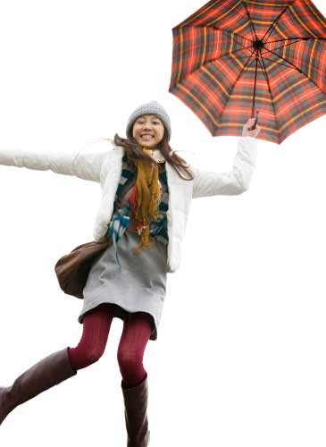 傘を持ちながらジャンプする女性