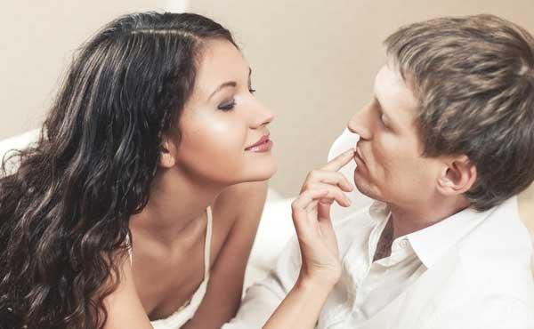 男性に接近する女性